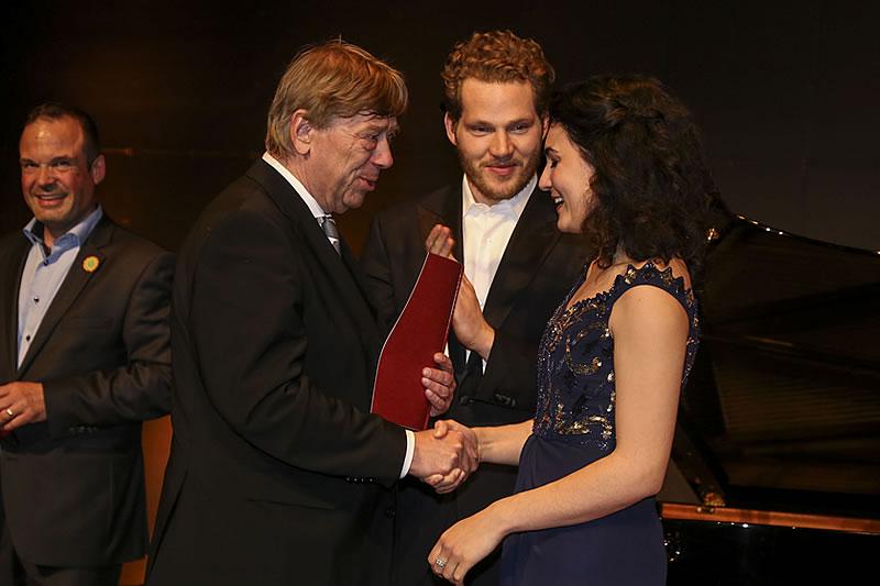 Urkundenübergabe - hier mit den Preisträgern Anna-Doris Capitelli.
