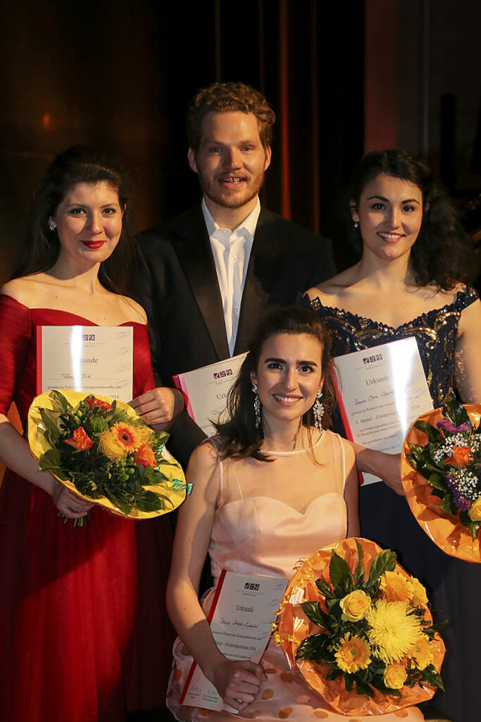 Reihe oben: Florina Ilie, Denis Milo, Anna-Doris Capitelli, vorn: Carmen Artaza Insausti