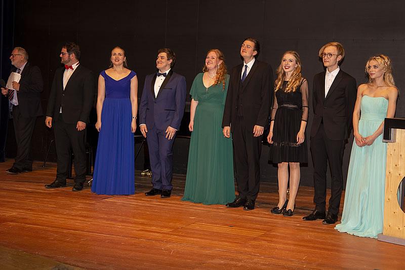 Foto der Teilnehmer auf der Bühne - Finalkonzert 2019