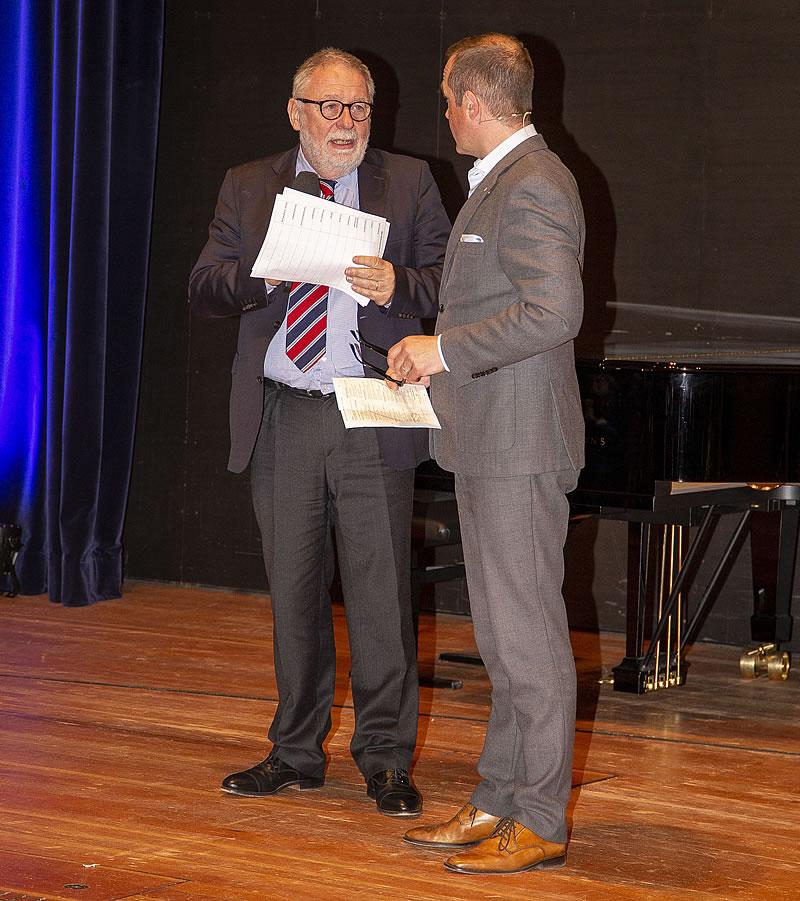 Foto von Roger Cericius mit dem Juryvorsitzenden Prof. Dr. Bäßler - Finalkonzert 2019